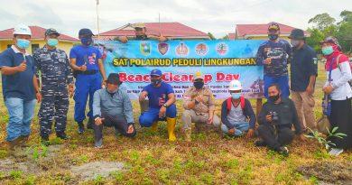 Aksi Bersih Pantai Relawan Lingkungan di Tanah Laut.